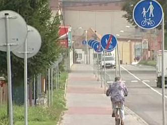 Značky lemující cyklostezku v Uherském Hradišti