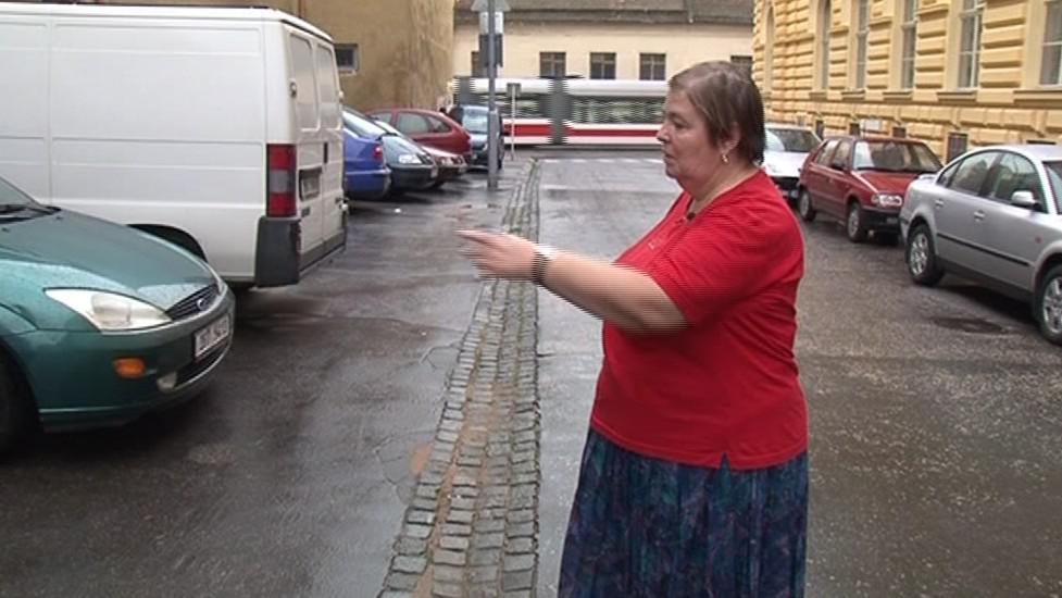 Sylvie Trenčanská ukazuje, kde stálo nepojízdné auto
