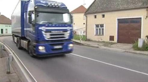 Kamion projíždějící obcí