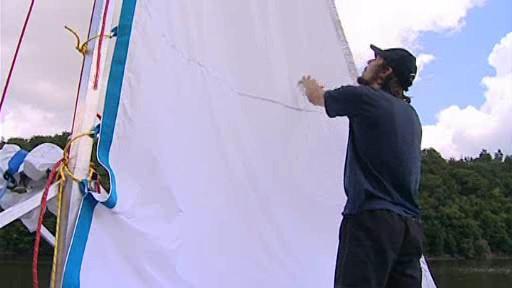 Albert Fikáček napíná plachtu na své lodi z PET lahví