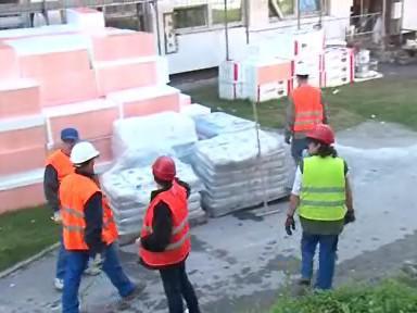 Dělnící opravují základní školu v městské části Brno - Vinohrady