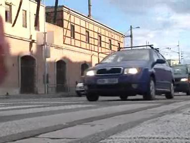 Kolona aut čekající na křižovatce v Brně
