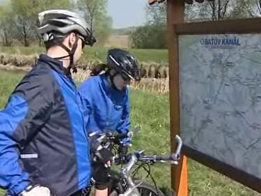 Cyklisté na Baťově kanálu