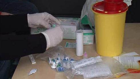 Půl roku se testují drogově závislí na AIDS a žloutenku. Z kapky krve, přímo na ulici