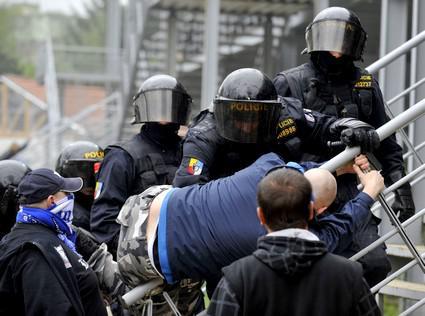 Policisté zasahují proti fanouškům