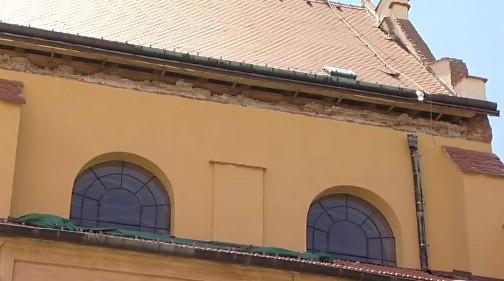Zřícená kostelní římsa