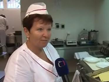 Kuchařka na soutěži školních jídelen