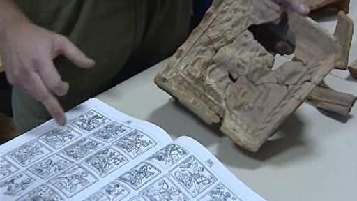 Kachle pocházejí z 15. a 16. století