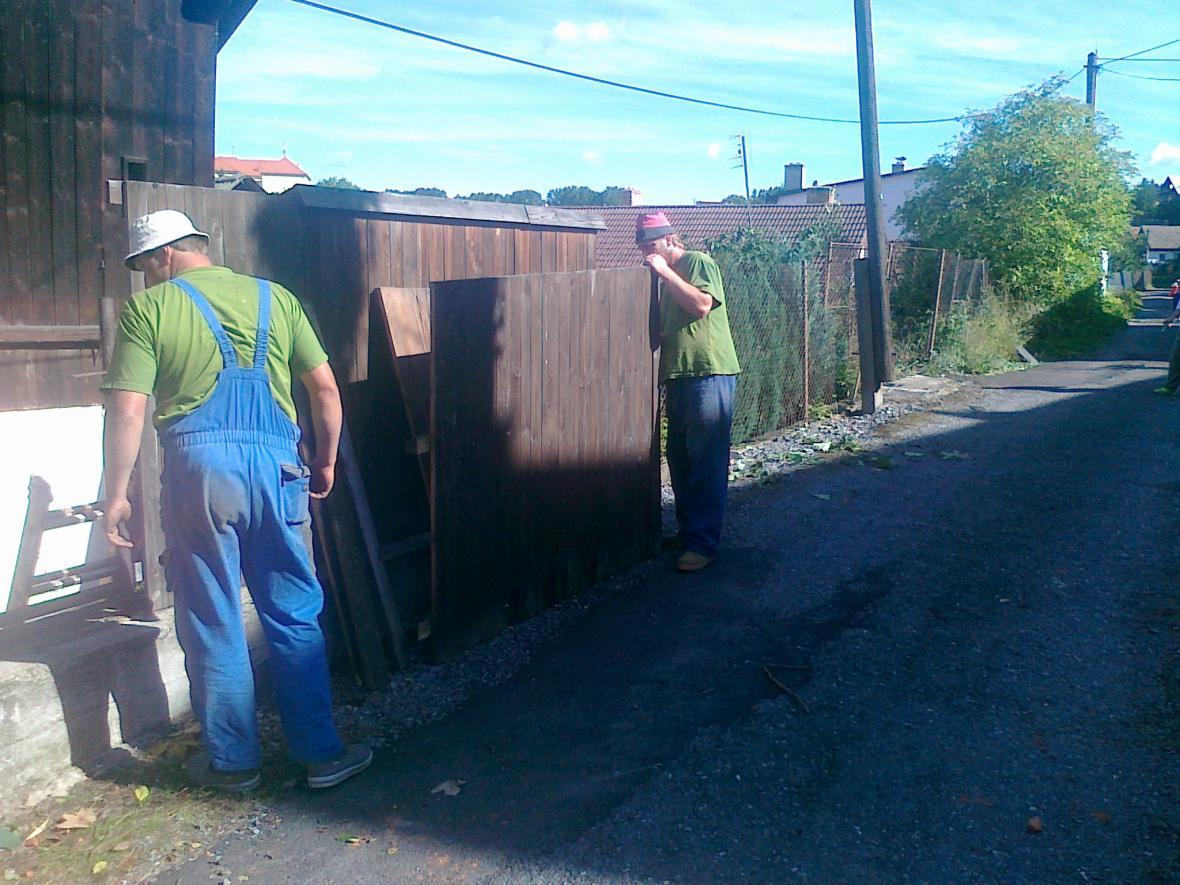 Lidé v Olešnici se pustili do odklízení škod, které napáchalo tornádo
