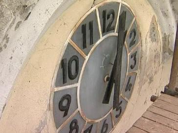 Lešení využili vandalové a poničili ciferník kostelních hodin