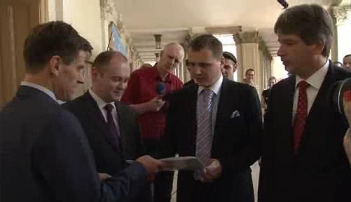 Vít Bárta přebírá petici obyvatel Popůvek