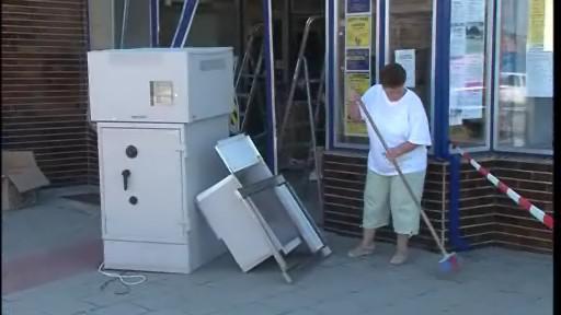 Zloději se snažili vytrhnout bankomat, na místě nechali dodávku