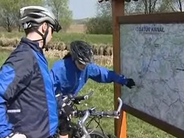 Cyklisté u Baťova kanálu