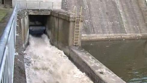 Vypouštění vody z přehrady