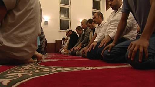 Brněnští muslimové při modlitbě
