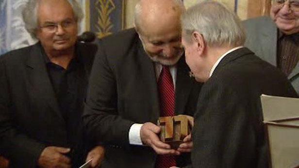 Ludvík Kundera při přebírání Ceny Jaroslava Seiferta