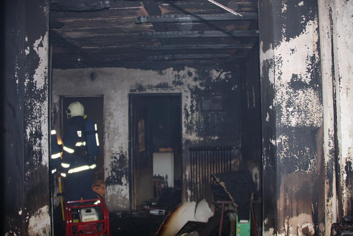 Hasiči likvidují požár domku v Uherském Ostrohu