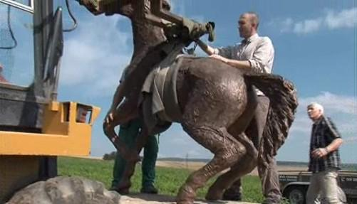 Instalace sochy koně na podstavec