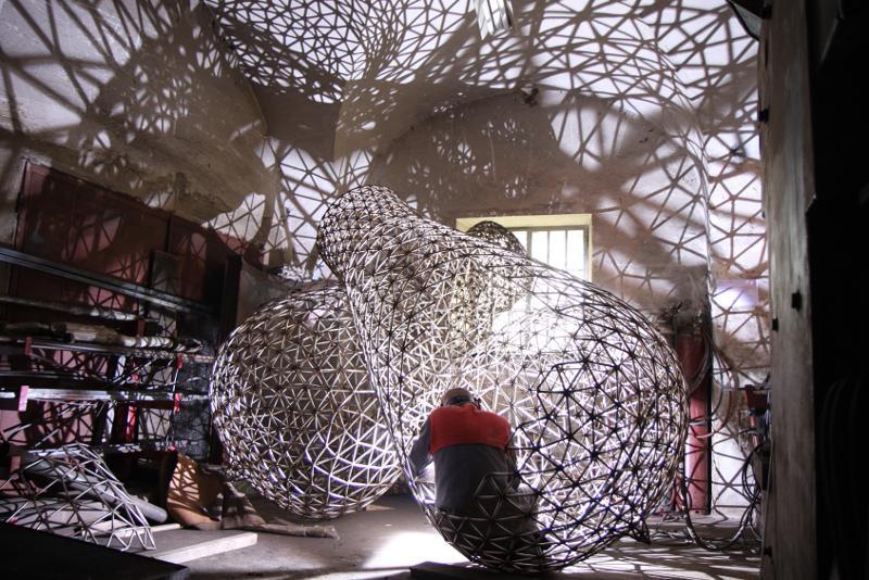 Výroba žárovek v dílně sochaře Tomáše Medka
