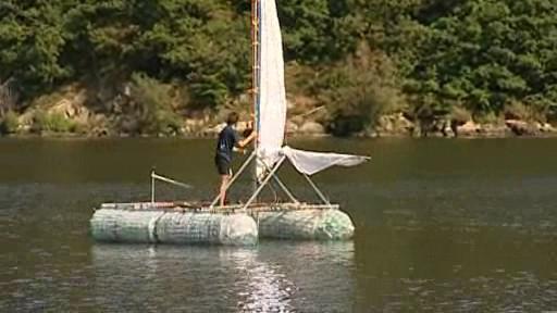 Albert Fikáček se svou lodí z PET lahví