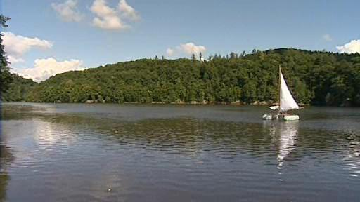 Albert Fikáček zkouší svoje plavidlo na brněnské přehradě