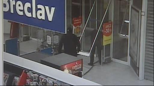 Maskovaní zloději ukradli bankomat