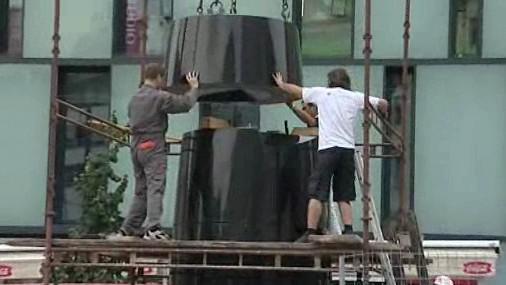 Instalace hodin na náměstí Svobody