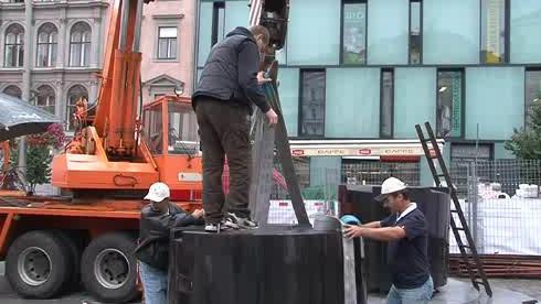 Dělníci instalují \