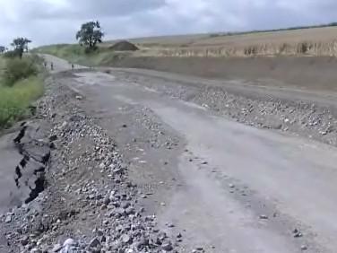 Rozbitá cesta u Koryčan a provizorní štěrková hned vedle