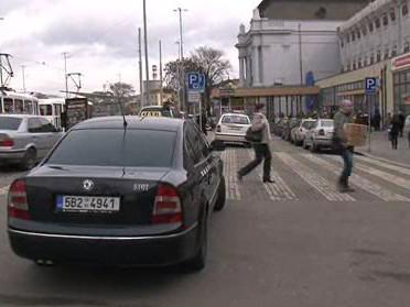 Stání taxi před Hlavním nádraží v Brně