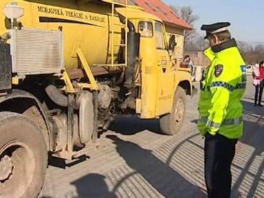 Strážníci asistují při příjezdu fekálního vozu do brněnských Holásek