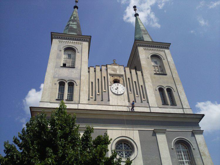 Na věž vanovického kostela se vrátil opravený ciferník