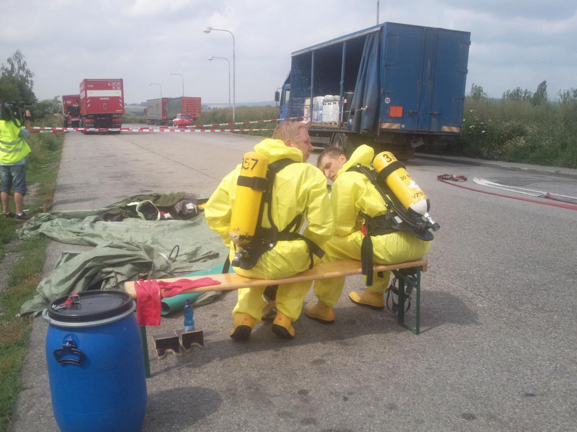 Uniklou kyselinu likvidovali hasiči ve speciálních oblecích
