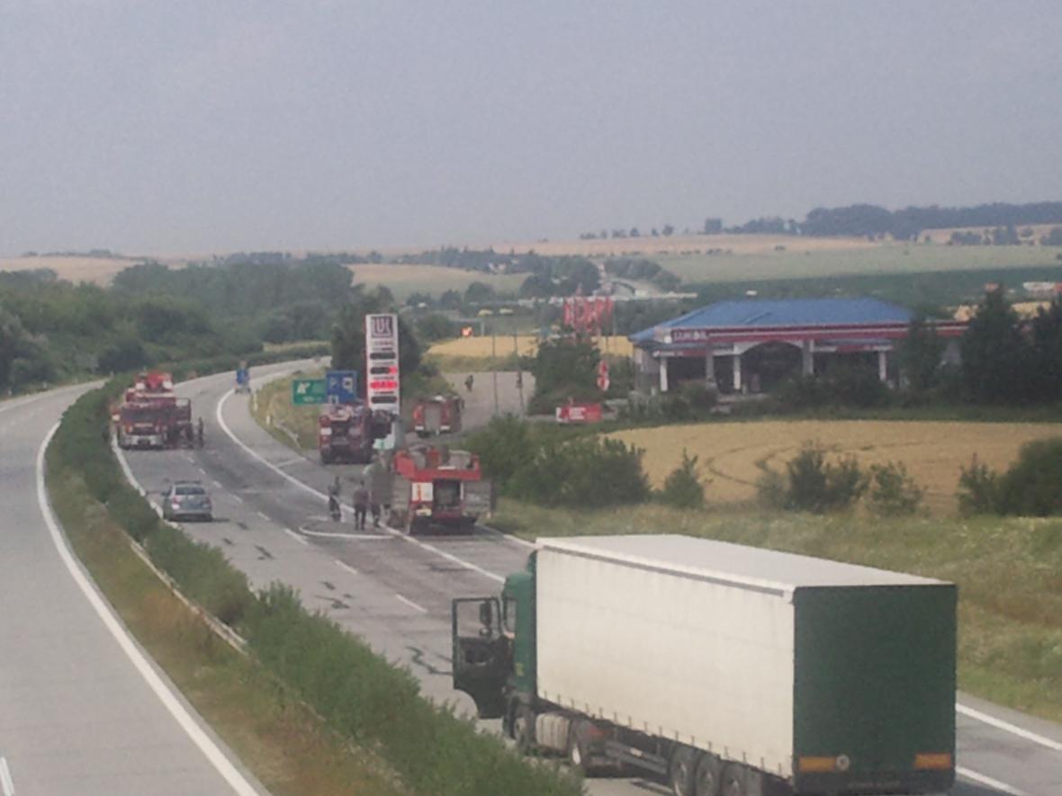 Uzavřená dálnice D1 kvůli uniklé kyselině