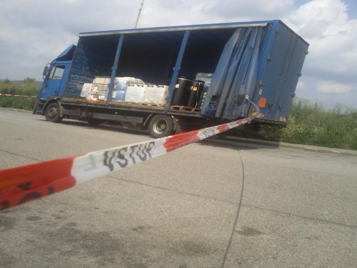 Dvě stě litrů kyseliny uniklo z kamionu na dálnici D1