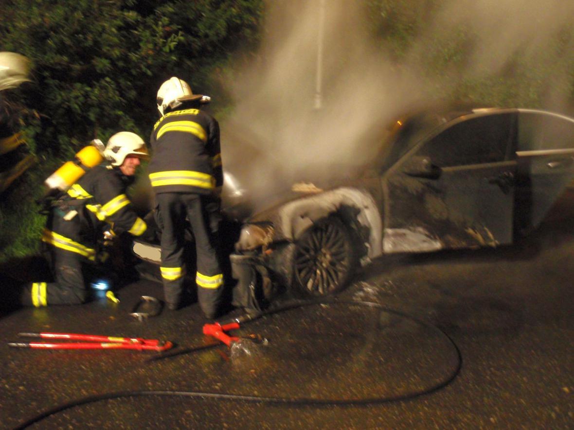 Haisči likvidují požár auta