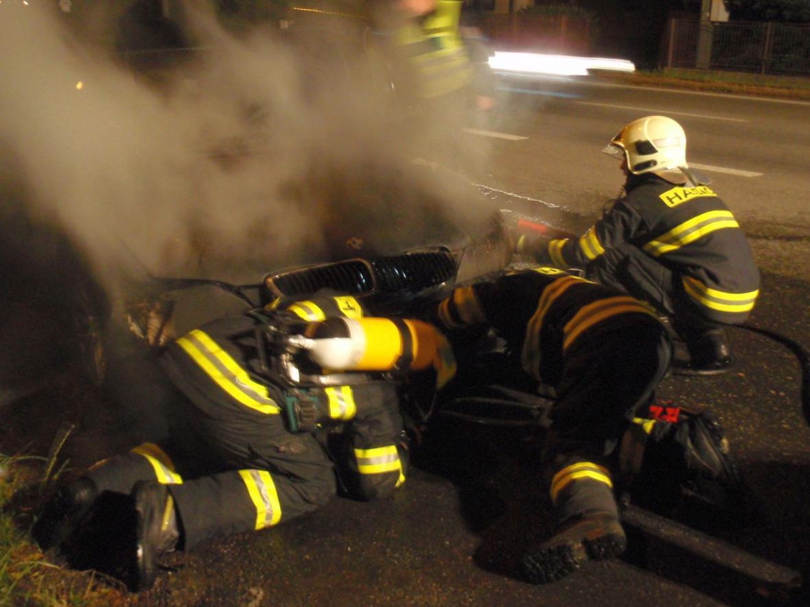 Hasiči likvidují požár BMW