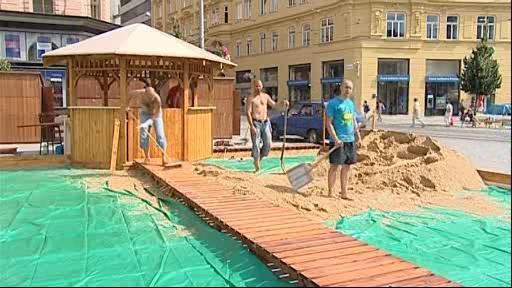 Navážení písku na budoucí pláž