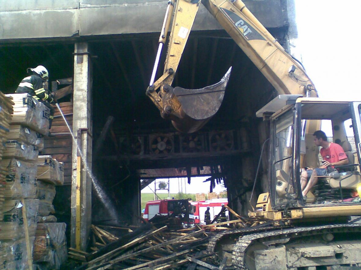 Ve Vlachovicích hořela sušička a sklad dřeva