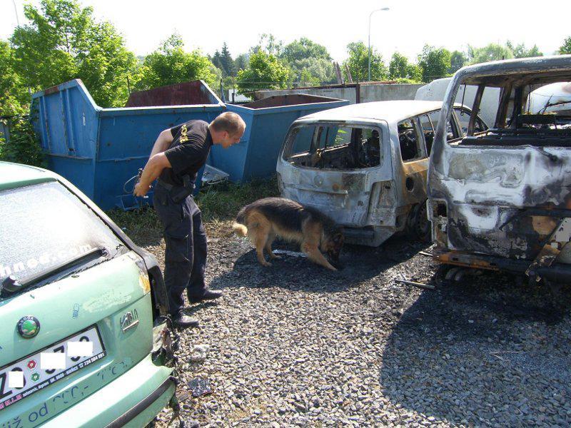 Zlínští policisté vyšetřují požár čtyř aut taxislužby