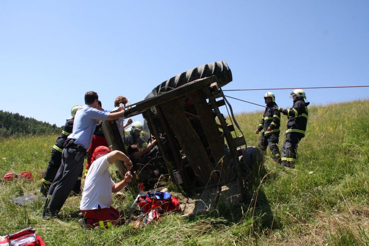 Na mladíka se na Zlínsku převrátil traktor