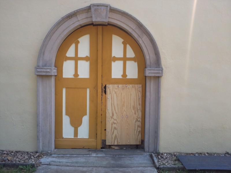 Zloděj rozbil dveře u kostela v Zelešicích