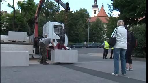 Vjezdu k Janáčkovu divadlu brání betonové květináče