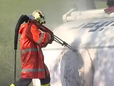 Hasiči museli zasahovat u nehody cisterny s naftou a benzínem