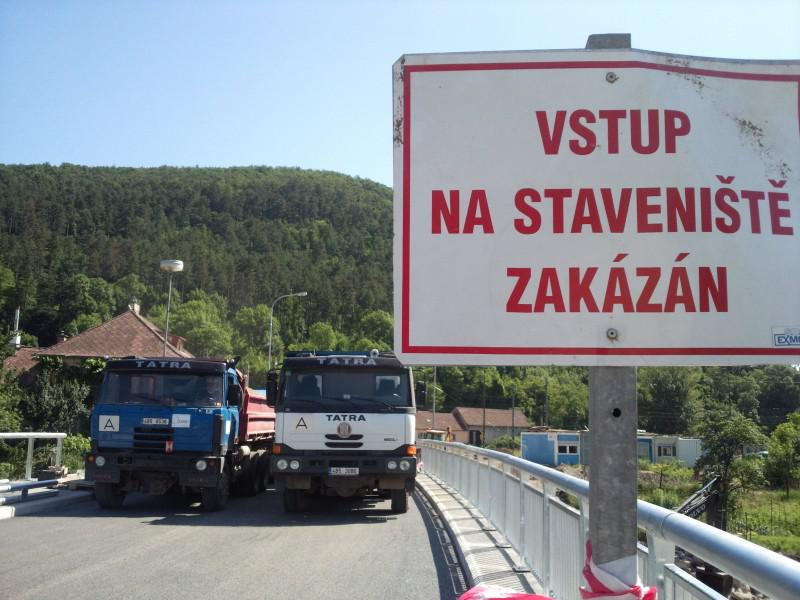 Most v Předklášteří prochází zatěžkávací zkouškou