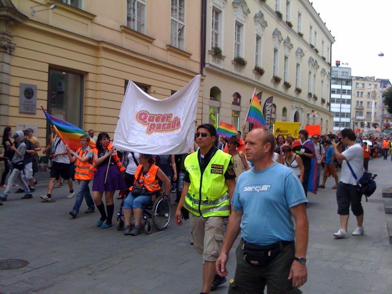 Brnem pochodují příznivci queer komunity