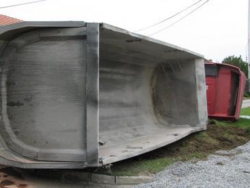Havarovaný kamion převážel štěrk