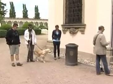 Nevidomí si v kroměřížské Květné zahradě vyzkoušeli nový naváděcí a informační systém