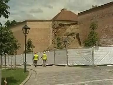 Okolí zřícené části hradeb na Špilberku