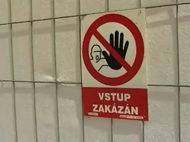 Zákaz vstupu ke zřícené části hradeb na Špilberku